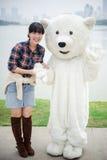 Kinesisk flicka- och isbjörnmaskot Arkivbild