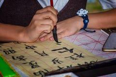 Kinesisk flicka som gör kalligrafiövning Royaltyfria Bilder
