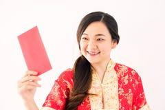 Kinesisk flickablick på Ang-paokuvertet royaltyfri bild