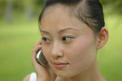 kinesisk flickamobiltelefon royaltyfria foton