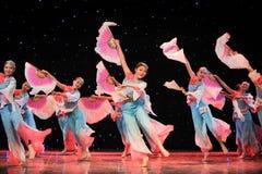 Kinesisk folk dans fandans för många personer royaltyfri foto