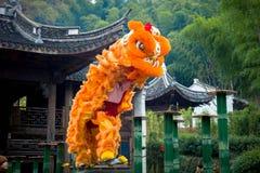 Kinesisk folk lejondans Arkivfoton