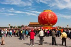 kinesisk folkfyrkanttiananmen visit Fotografering för Bildbyråer