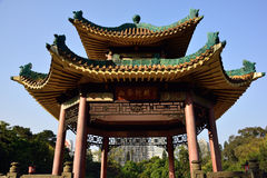 Kinesisk forntida arkitekturgazebo, glasade tegelplattor Royaltyfria Foton