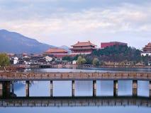 Kinesisk forntida by med en bro på skymning, Hengdian, Kina Arkivbilder