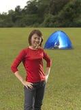 kinesisk framdel för asiatisk campare henne posera tent Arkivbild