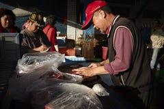 Kinesisk gamal man som säljer fiskkött Fotografering för Bildbyråer