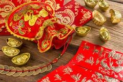 Kinesisk garnering för nytt år, kinesisk röd påse och guld- guldtacka Arkivfoto