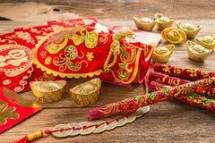 Kinesisk garnering för nytt år, kinesisk röd påse och guld- guldtacka Royaltyfri Fotografi