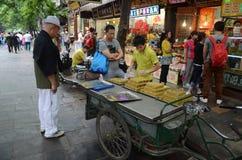 Kinesisk gatamatlagning Arkivbild