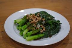 Kinesisk grönkål som stekas i ostronsås royaltyfria foton