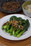 Kinesisk grönkål som stekas i ostronsås royaltyfri bild