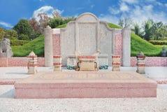 Kinesisk gravvalvsten i kyrkogård med blå himmel Royaltyfri Fotografi