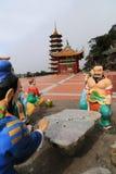 Kinesisk gud som spelar statyn för schacklek Royaltyfri Bild