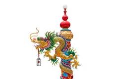 Kinesisk guld- drake som slås in runt om den röda polen, Kines-stil bui Arkivbild