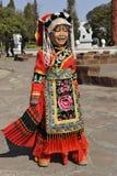 Kinesisk gullig flicka som poserar i traditionell kläder Royaltyfri Fotografi