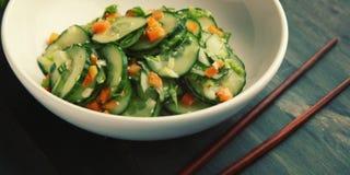 Kinesisk gurkasallad på det vita plattaslutet upp Arkivfoto