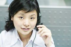kinesisk hörlurar med mikrofonoperatör Arkivbilder