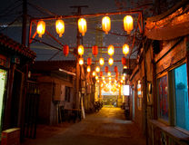 Kinesisk hutong (gata) på natten Royaltyfria Foton