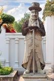 Kinesisk jätte- staty på Wat Pho Royaltyfria Bilder