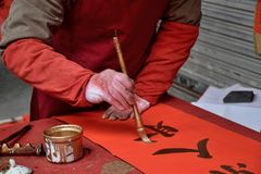 Kinesisk kalligrafi som är skriftlig vid en gamal man Arkivfoton