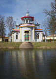 Kinesisk (knarra) paviljong i parkera, dag i april Arkivfoto