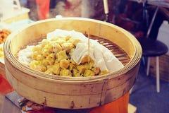 Kinesisk kokkonst Shumai, varm och ångande dunkel sim eller ångade kinesiska klimpar var uppsättningen i ångarekorg Grisköttklimp royaltyfria bilder