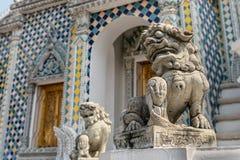 Kinesisk konst för lejonskulptur på Wat Phra Keaw arkivfoton
