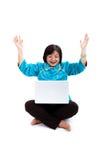 Kinesisk kvinna med bärbar dator som ser mycket upphetsad Fotografering för Bildbyråer