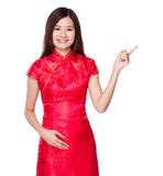 Kinesisk kvinna med fingerpunkt upp Arkivbild