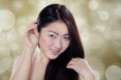 Kinesisk kvinna med långt svart hår Arkivbild