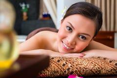 Kinesisk kvinna som har wellnessmassage arkivbild