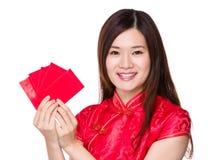 Kinesisk kvinna som rymmer röda fick- lyckliga pengar Arkivfoto