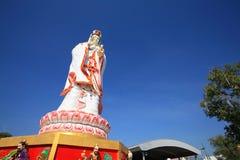 Kinesisk kvinnlig gud, Guanyin, mot blåttskyen Royaltyfri Bild