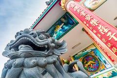 Kinesisk lejonskulptur på den kinesiska templet Royaltyfri Fotografi