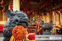 Kinesisk lejonstaty i Jiu Tean Geng Shrine, Phuket, Thailand arkivfoton