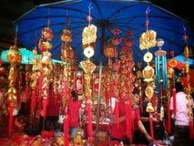 Kinesisk lycklig berlock shoppar på chinatown bangkok Thailand på det kinesiska nya året 2015 Royaltyfria Bilder