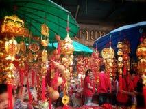 Kinesisk lycklig berlock shoppar på chinatown bangkok Thailand på det kinesiska nya året 2015 Arkivbilder