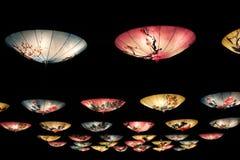 Kinesisk lyktainstallation med hängande paraplyer royaltyfri fotografi