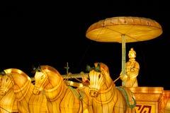 Kinesisk lyktainstallation med krigarediagramet ridningvagn med hästar royaltyfri bild