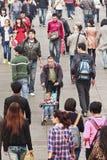 Kinesisk man med behandla som ett barn-car i folkmassa Royaltyfri Foto