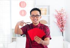Kinesisk man och Ang-Pow Fotografering för Bildbyråer