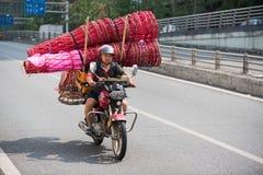 Kinesisk man på mopeden Royaltyfri Bild