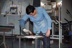 Kinesisk man som arbetar med varmt exponeringsglas Royaltyfri Foto