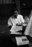 Kinesisk man som läser tidningen Royaltyfri Foto