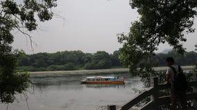 Kinesisk man som ser ett litet skepp i Guilin arkivfilmer