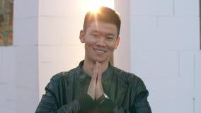 Kinesisk manhälsning stock video