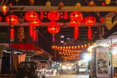 Kinesisk marknad med röda lyktor på natten Royaltyfri Bild