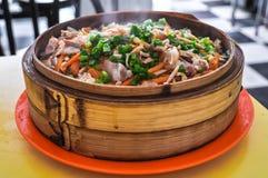 Kinesisk mat - ångat ris med grönsaker och kött Arkivbilder