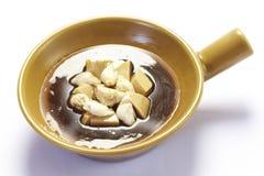 Kinesisk mat, abalone- och krabbakött i lerakruka Arkivbild
